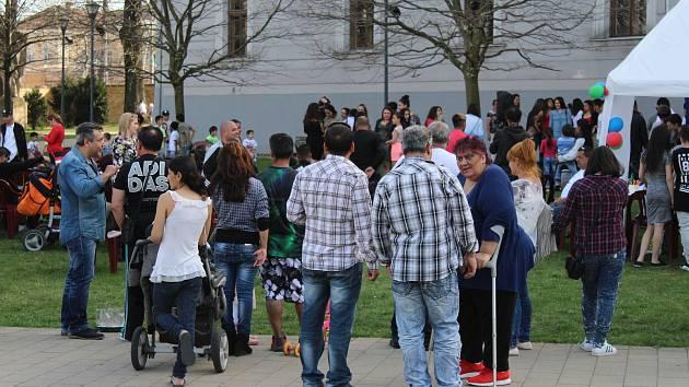 V centru Opavy se dnes odpoledne sešlo několik desítek Romů, aby opožděně oslavilo svůj mezinárodní den. Foto: Deník/Petr Dušek