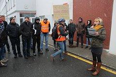 Část zaměstnanců opavské Tevy se svůj nesouhlas se situací ve firmě rozhodlo vyjádřit formou shromáždění v prostoru před hlavním vstupem.