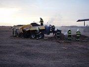 Čtyři jednotky hasičů zasahovaly ve čtvrtek večer v  Březové na strništi, kde začal hořet během provozu lis na slámu a část pole.