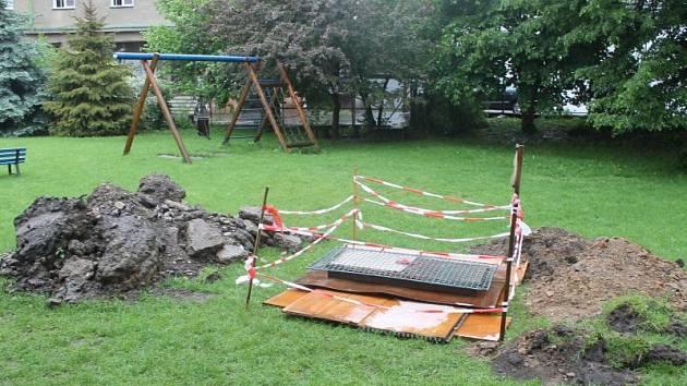 Na zahradě Mateřské školy Havlíčkova v Opavě si hrály děti už od padesátých let dvacátého století. Nikdo přitom netušil, že pod nimi se ukrývá sklepení, které může pocházet ze začátku minulého století. Než se před nedávnem propadlo.