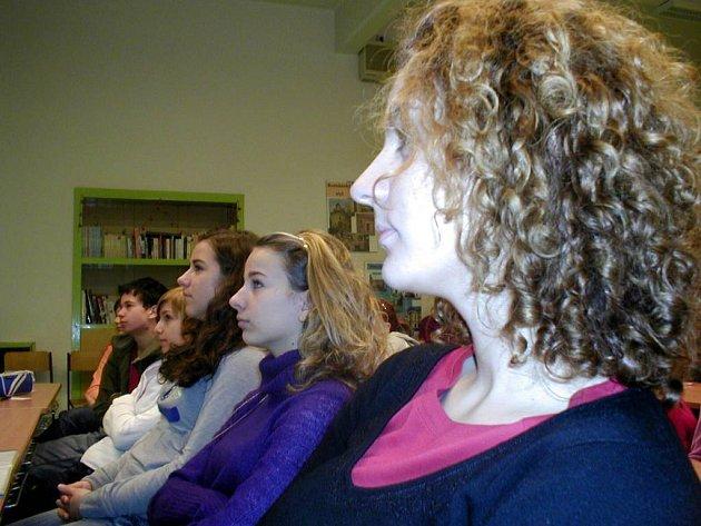 Studentky sledují otřesné snímky dívek, které trpí mentální anorexií.