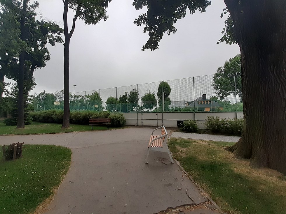 Víceúčelové hřiště v zámeckém parku.
