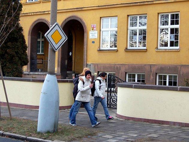 Přímo před touto budovou ZŠ T. G Masaryka se odehrály dva ze tří útoků.
