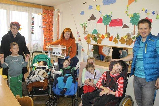 Zástupci OC Breda a Sportovních kurzů.cz předali peníze domovu pro osoby se zdravotním postižením Sírius.