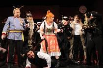 Operní soubor Slezského divadla pokračuje v úspěšných inscenacích Dvořákovou operou Čert a Káča, jejíž premiéra se uskutečnila v neděli 24. února. Diváky nadchla Ilona Kaplová v podobě divoké Káči, která chvíli v klidu nepostála.