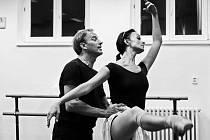 Na snímku ze zkoušky je (zleva) choreograf Jiří Kyselák a představitelka Desdemony Monika Globa.