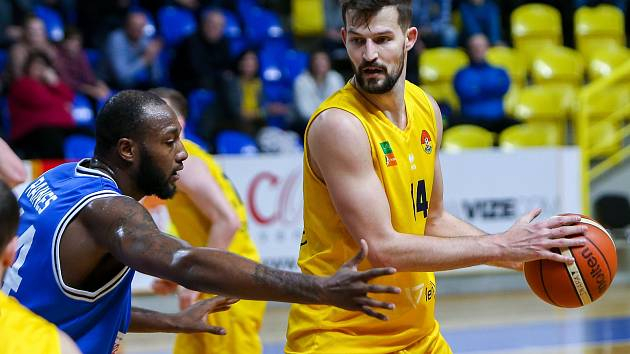Martin Gniadek ve žlutém dresu Opavy.