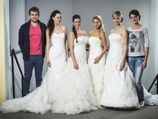Petr Hlaváček (vlevo) představuje krásné šaty ze svého salonu.