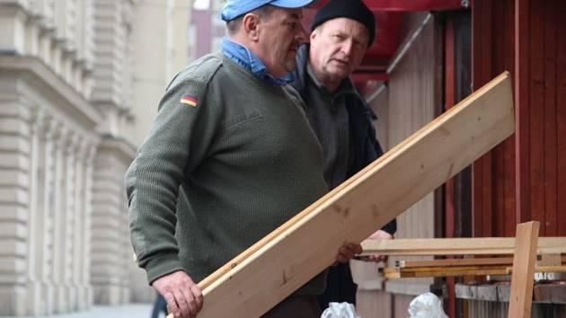 Prodejci chystají své stánky na letošní vánoční trhy.