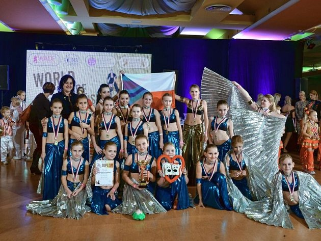 Opavské tanečnice na skupinové fotografii během šampionátu v Liberci.