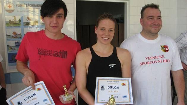 Vítězové v plavání jednotlivců. Vítězka Michell Vokounová z Vřesiny, druhý Ondřej Drozdek z Kyjovic (vlevo) a Petr Marek z Krásného Pole (vpravo).