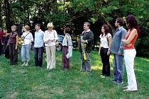 Na snímu členové skupin X a Ita na prezentaci dřívějšího plenéru. Již sedmé setkání opavských výtvarníků proběhne letos v Malé Morávce.