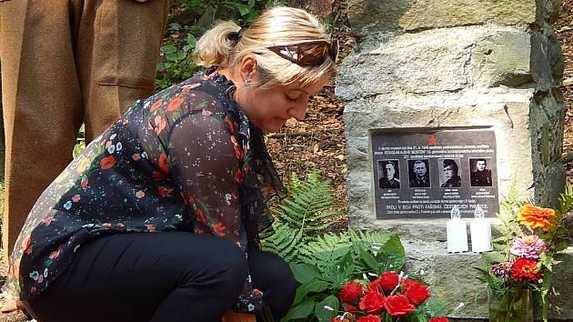 Uctít padlého vojáka přišli vojáci a starostka Dobroslavic. Přicestovali i vnuci a vnučky majora Ganži s rodinami.