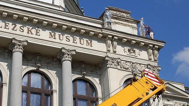Sochy, které nedávno sundali z opavského muzea skončily v depozitáři. Na jejich opravu nejsou peníze.