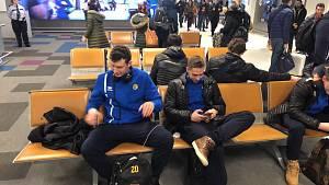 Opavští basketbalisté na letišti v Aténách.