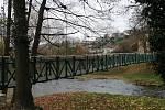 Opravená visutá lávka přes řeku Moravici. Listopad 2020.