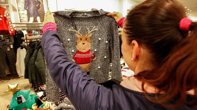 Vánoční svetr se sobem by mohl být podle některých obchodníků dárkovým hitem letošních Vánoc.