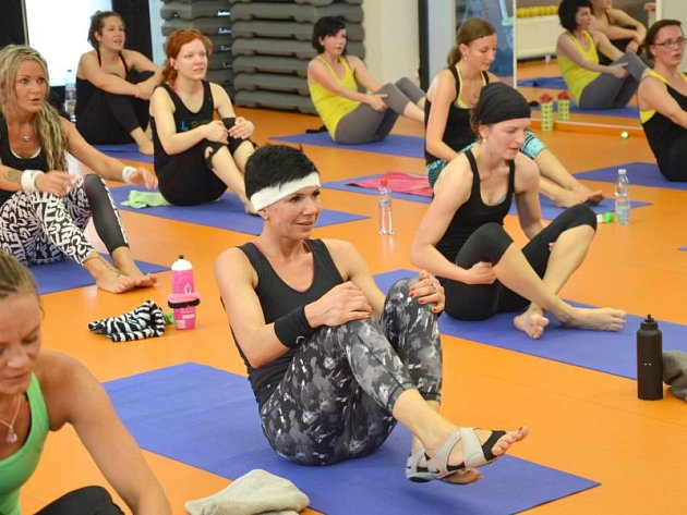 Ženy si chodí zacvičit i navzdory parným vedrům.