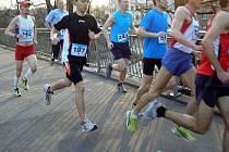 Aleš Zajíc (číslo 142) na trati běhu v Olomouci. Zatím běží na konci úvodní skupinky, ale cílem nakonec proběhne v čase třetího nejlepšího borce své kategorie.