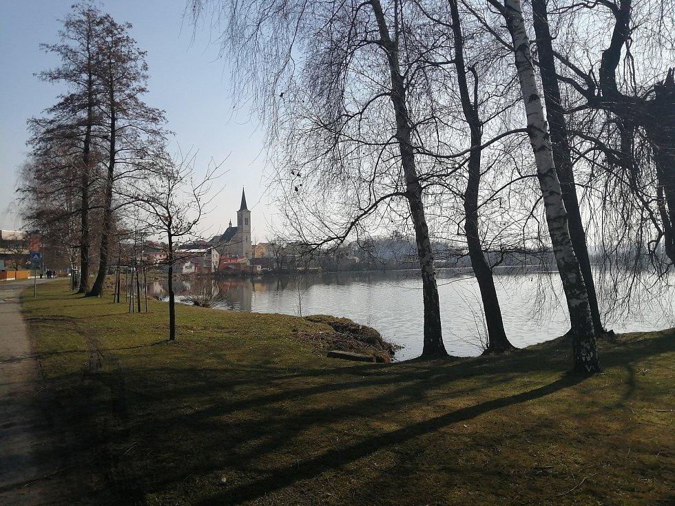 Symbolem Dolního Benešova je kostel sv. Martina, který nechybí takřka na žádné fotografii, pořizované přes rybník Nezmar.