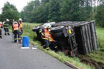 Jednotka profesionálních hasičů z Opavy zasahovala v úterý po desáté hodině na silnici mezi Pustou Polomí a Suchými Lazci, kde skončil nákladní automobil Liaz v příkopu na pravém boku.