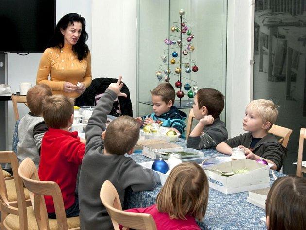 Koupené baňky na vánoční stromek nechte odpočívat v krabici a na větvičky si pověste vlastní baňky. Jejich malování je každoroční oblíbenou aktivitou návštěvníků Slezského zemského muzea.