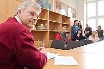 Starosta Vítkova Pavel Smolka (nez.) během diskuse v jedné z učeben vítkovského gymnázia.
