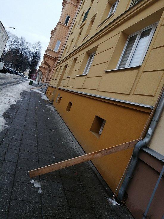Nebezpečí pádů rampouchů ze střech hrozí i v Opavě.
