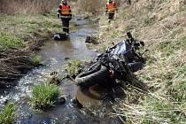 Motorkář se těžce zranil u Vítkova, záchranáři jej vytahovali z potoka.