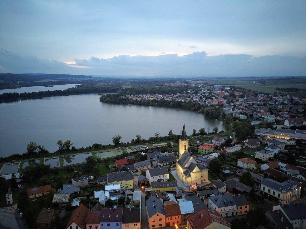 Letecký pohled na večerní Dolní Benešov.