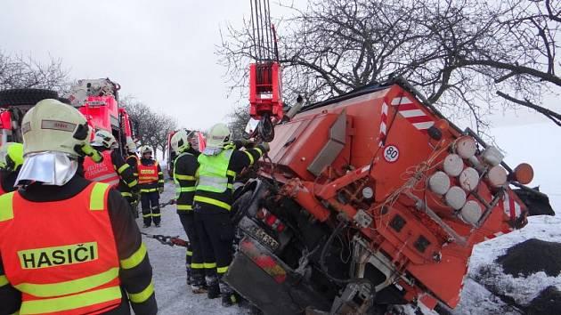 Na vyproštění sypače z příkopu na silnici mezi Hlubočcem a Pustou Polomí se podíleli profesionálové z Opavy a ostravského Zábřehu.