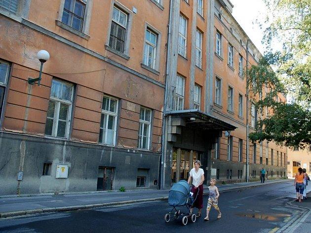 Bývalá nemocnice U Rytířů před zahájením rekonstrukce.