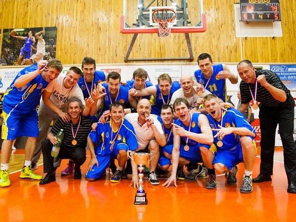 Takhle před týdnem slavili opavští basketbalisté přímo vhale Dukla zisk bronzových medailí.