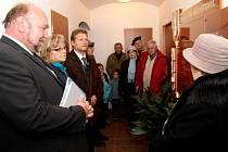 Ve vstupní chodbě Úřadu městské části Milostovice vítá od konce minulého týdne návštěvníky pamětní deska. Jejímu odhalení byli kromě primátora Zdeňka Jiráska přítomni představitelé Milostovic i dalších městských částí Opavy.