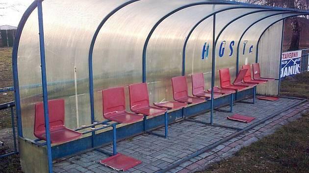 Na fotbalovém hřišti v Bolaticích se vyřádil vandal. Zničil sedadla na střídačkách a elektrické rozvody.