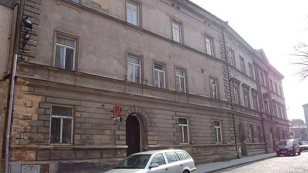 Objekt divadelní budovy zůstává v majetku města.