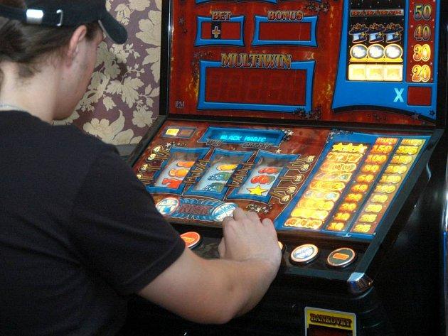 V HERNÁCH na území Opavy je provoz hracích automatů omezen na dobu od desíti hodin dopoledne do dvaadvaceti hodin večer.