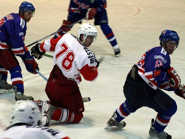 Mají za sebou první zápas. Opavští hokejisté odehráli ve středu první přípravné utkání. Uprostřed David Kovalovský, autor úvodní branky Slezanu.