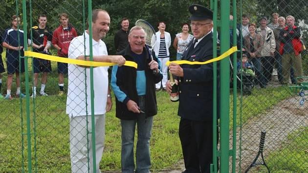 Vítejte na novém tenisovém hřišti. Na snímku starosta Otic Vladimír Tancík (úplně vlevo).