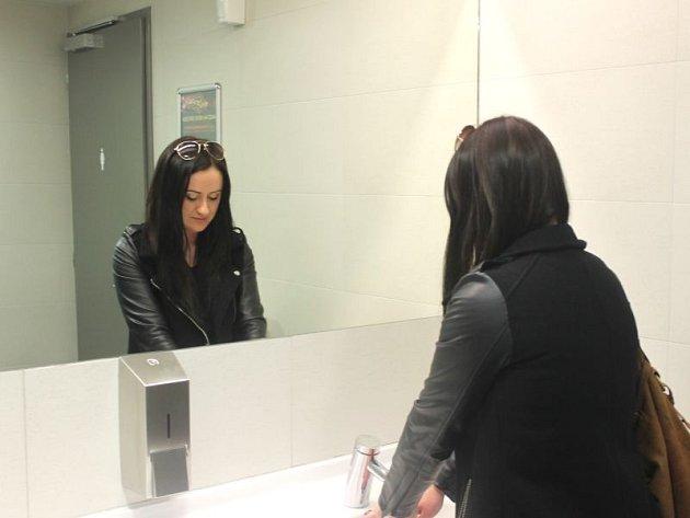 Aneta Ludvigová právě navštívila veřejné toalety v OC Breda&Weinstein. V době její návštěvy byly čisté.