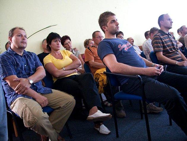 Obyvatelé Kobeřic, kteří  jednání sledovali, se konkrétní důvody odvolání nedozvěděli.