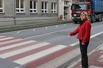 Ludmila Říčná ukazuje na přechod ve Vrchní ulici. Místo, kam si chtěli zdejší obyvatelé lehnout. A s nimi náměstek primátora Daniel Žídek.