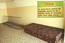 Již před třemi týdny někdo z obyvatelů panelového domu na ulici Antonína Sovy v Kateřinkách odložil nepotřebný kus nábytku na chodbu. Odvézt na sběrné místo ho bude muset sám domovník.