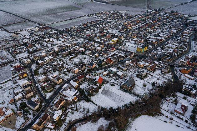Letecký zimní pohled na obec.