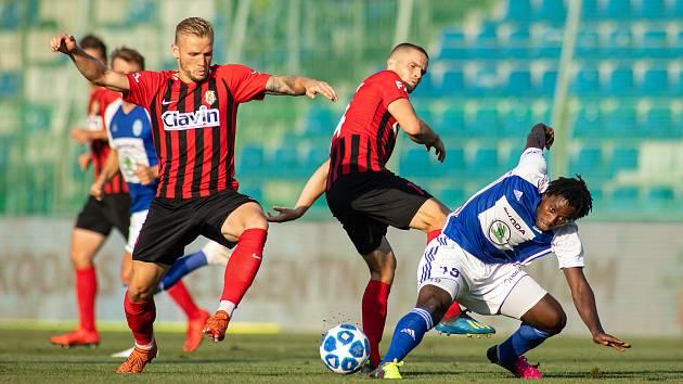FORTUNA:LIGA Mladá Boleslav – SFC Opava 6:1 (3:1), na snímku Matěj Hrabina (SFC Opava), Jan Schaffartzik (SFC Opava) a Tiemoko Konate (FK Mladá Boleslav).