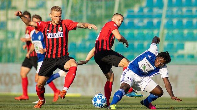FORTUNA:LIGA Mladá Boleslav – SFC Opava 5:1 (3:1), na snímku Matěj Hrabina (SFC Opava), Jan Schaffartzik (SFC Opava) a Tiemoko Konate (FK Mladá Boleslav).
