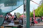 Open Air festival pod širým nebem v Městských sadech.