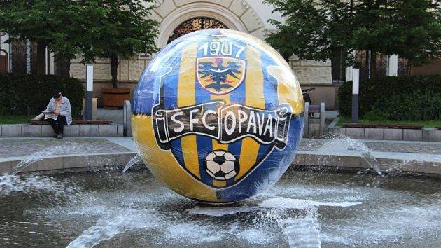 Klubové barvy hají už ikoule na Horním náměstí, kterou vúterý vyzdobili příznivci Slezského FC.