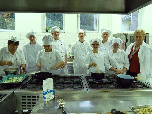 Skupina žáků oboru kuchař-číšník vytvořila v programu svůj minipodnik.