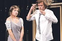 Ústřední dvojicí inscenace je Ivona a princ Filip.